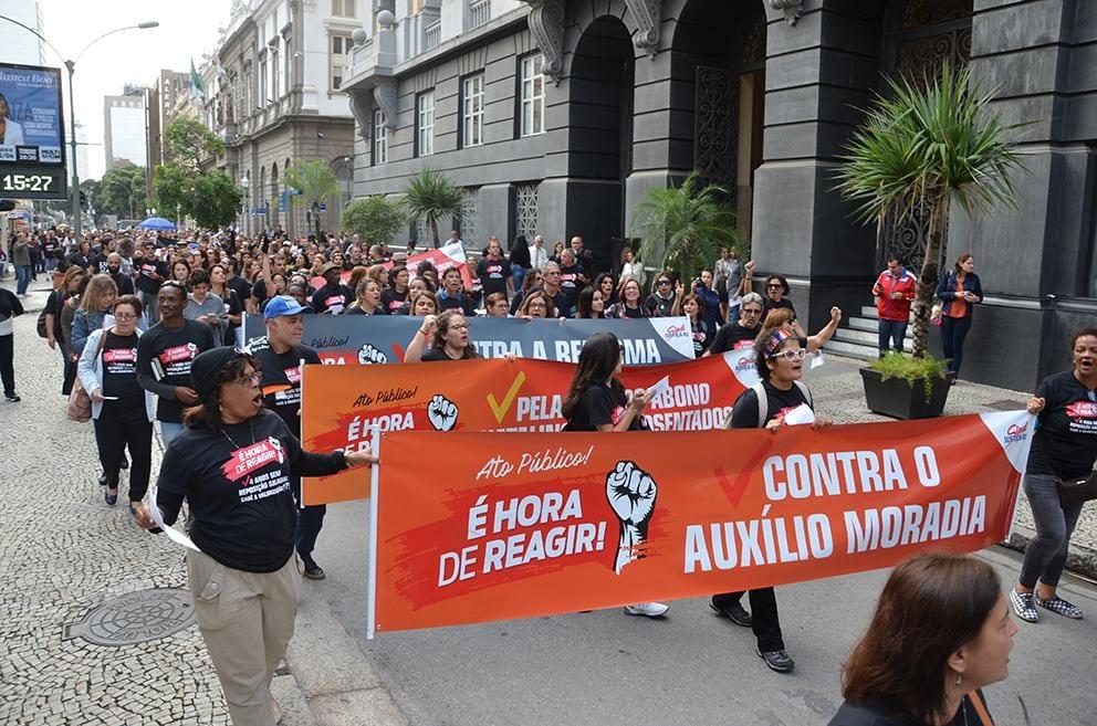 4ddc90f026c Centenas de serventuários de todo o estado se reuniram ontem (7) em frente  do Tribunal de Justiça do Estado do Rio de Janeiro (TJRJ)
